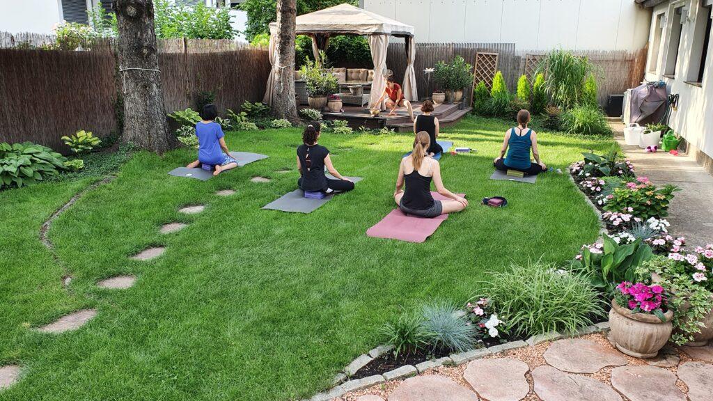 Outdoor Yoga im Paradiesgarten